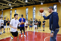 北陸高校の生徒たちを指導するスロベニアバスケット連盟のラドスラフ・ネステロヴィッチさん(右)=福井市で、岸川弘明撮影