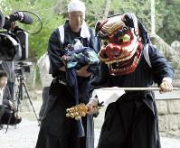 福島県双葉町郡山地区の正八幡神社に7年ぶりに奉納された神楽。後世に残そうと町がビデオ撮影した=双葉町提供、2018年4月15日
