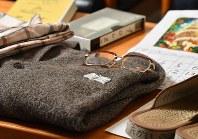 認知症の父親が行方不明になっても身元が分かるように名前や電話番号などが縫い付けられたセーターなどの遺品の品々=東京都千代田区で2018年4月7日、宮間俊樹撮影(画像の一部を加工しています)