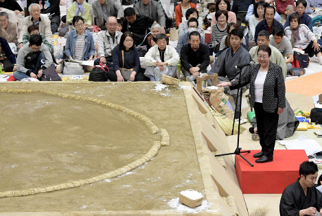 In this April 6, 2018 photo, Takarazuka Mayor Tomoko Nakagawa speaks outside the sumo ring in Takarazuka, Hyogo Prefecture, during a Grand Sumo spring tour event. (Mainichi)
