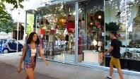 ティラナ市内の商業地区。四半世紀前まで鎖国していたとは思えないおしゃれな雰囲気(写真は筆者撮影)