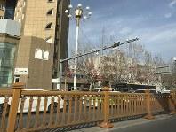 街頭に設置された複数の監視カメラが車両や市民を常時撮影している=中国・新疆ウイグル自治区カシュガルで2月、林哲平撮影