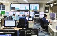 全国の地震情報を24時間体制で監視している地震火山現業室=気象庁提供