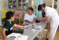 高岡市の健診を受ける子供たち。結果は食生活の改善にもつながる=宮崎あゆみさん提供