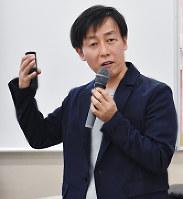 夫婦別姓制度の早期実現を呼びかける青野慶久さん=富山市湊入船町の県民共生センターサンフォルテで、青山郁子撮影