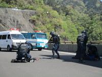 The Metropolitan Police Department conducts counterterrorism training at the Oguchi Dam in the town of Okutama, Tokyo, on April 19, 2018. (Mainichi)