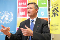 Jeffery A. Brez discusses the United Nation's sustainable development goals at the Tokyo United Nations Information Centre in Shibuya Ward on April 19, 2018. (Mainichi)