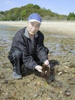 「このサイズが食べごろ」と海藻のオゴを手にする松本烝二さん