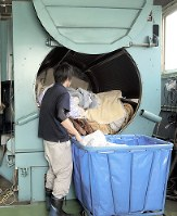 巨大な乾燥機で布団を加熱する=埼玉県加須市で