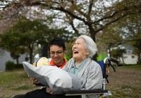 「テレノイド」を持ち、笑顔を見せる三木スエノさん=兵庫県尼崎市で2018年4月5日、久保玲撮影