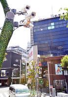 アメリカ村に設置されている防犯カメラ=大阪市中央区で20日、望月亮一撮影