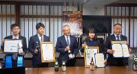 2017年冬、国内外の著名コンクールでの受賞報告をする高知県内の酒造会社。かつては遅れを取っていた土佐酒も現在は質の高さで知られる=高知県庁で、植田憲尚撮影