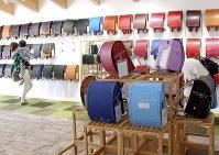 カラフルなランドセルが並ぶ=奈良県橿原市の鞄工房山本で