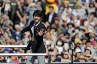 Yuzuru Hanyu acknowledges the cheering fans lining a thoroughfare in Sendai's Aoba Ward on April 22, 2018. (Mainichi)