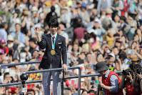 パレードに駆けつけた人たちの歓声に応える羽生結弦選手=仙台市青葉区で2018年4月22日午後1時45分、喜屋武真之介撮影