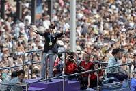 パレードに駆けつけた人たちの歓声に応える羽生結弦選手=仙台市青葉区で2018年4月22日午後1時44分、喜屋武真之介撮影