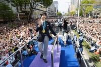 大勢のファンに手を振る羽生結弦選手=仙台市青葉区で2018年4月22日午後1時40分(代表撮影)