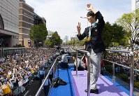 詰めかけた観衆に手を振る羽生結弦選手=仙台市青葉区で2018年4月22日午後1時55分(代表撮影)