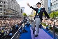 詰めかけたファンに手を振る羽生結弦選手=仙台市青葉区で2018年4月22日午後1時40分(代表撮影)
