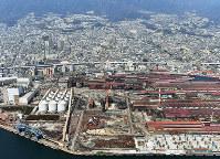 神戸製鋼所が神戸製鉄所の高炉跡地に計画している石炭火力発電所の建設を計画している建設予定地(手前中央の空き地)。肌理は既設の石炭火力発電所=神戸市灘区で2018年3月29日、本社ヘリから小松雄介撮影