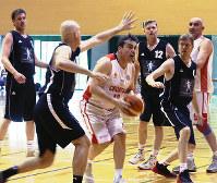 熱戦を繰り広げるクロアチアとドイツの選手=松江市学園南1の市総合体育館で、根岸愛実撮影