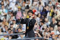 Yuzuru Hanyu acknowledges the cheering fans lining a thoroughfare in Sendai's Aoba Ward on April 22, 2018. (Mainichi)