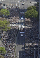 Crowds who gathered to see figure skating superstar Yuzuru Hanyu's parade are seen from a Mainichi Shimbun helicopter, in Sendai, on April 22, 2018. (Mainichi)