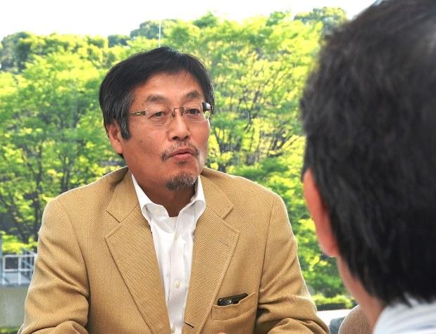 インタビューに答える浪川攻さん。手前は今沢真・経済プレミア編集長