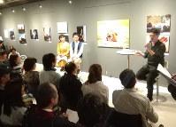 安田菜津紀写真展「The Voice of Life 死と、生と」のギャラリートークで語り合う安田さん(左端)と堀潤さん(右端)=東京都新宿区のオリンパスギャラリー東京で