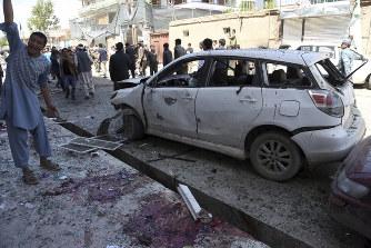 アフガン:自爆テロ、57人死亡 I...