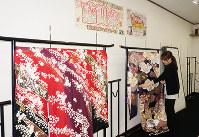 感謝祭の準備をする従業員=和歌山県岩出市で、北林靖彦撮影