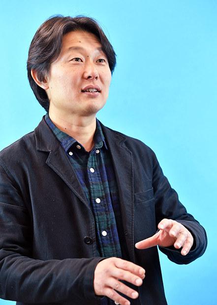 「奈良から全国にみんなで発信する作品を作っていきたい」と意欲を語る塩崎祥平さん=大阪市北区で、望月亮一撮影
