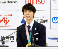 Figure staking superstar Yuzuru Hanyu responds to questions after concluding his victory parade at the Sendai Municipal Government office in the city's Aoba Ward on April 22, 2018. (Mainichi)