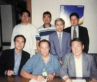 バナナ事業の売却交渉の合間に、フィリピン・ダバオで同僚らと撮影(後列右が井村氏=本人提供)