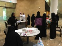 Saudi women create oil paintings in Riyadh, Saudi Arabia, on April 16, 2018. Saudi women must wear a black abaya and a hijab whenever they leave their homes. (Mainichi)