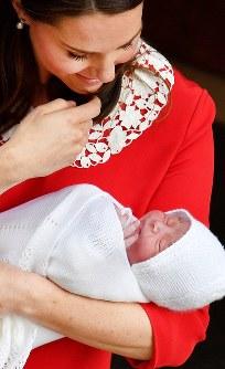 出産した第3子の王子を抱っこし退院する英王室のキャサリン妃=ロンドンで2018年4月23日、ロイター
