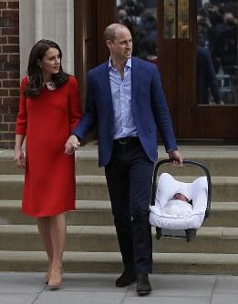 出産した第3子の王子(右)と退院する英王室のキャサリン妃(左)とウィリアム王子=ロンドンで2018年4月23日、AP