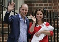 出産した第3子の王子を抱っこして手を振る英王室のキャサリン妃(右)とウィリアム王子=ロンドンで2018年4月23日、AP