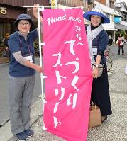 みなべおかみ元気会の仲間と一緒に商店街のにぎわいを取り戻そうと活動する岩本恵子さん(右)=和歌山県みなべ町で、山本芳博撮影