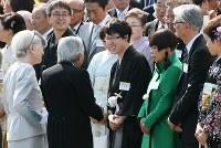 春の園遊会で井山裕太さん(中央)らと歓談される天皇、皇后両陛下=東京・赤坂御苑で2018年4月25日午後2時31分、佐々木順一撮影
