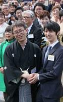 春の園遊会に出席し、笑顔で握手する羽生善治さん(左)と羽生結弦さん=東京・赤坂御苑で2018年4月25日午後1時59分、佐々木順一撮影