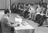 Then Chief Cabinet Secretary Keizo Obuchi explains the condition of Emperor Hirohito at a news conference in this file photo taken on Sept. 20, 1988. (Mainichi)