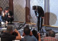 強制わいせつ容疑で書類送検され、記者会見で謝罪するTOKIOの山口達也メンバー=東京千代田区で2018年4月26日午後2時4分、手塚耕一郎撮影