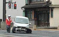 交通事故で、車体がゆがんだ乗用車。福井県警は安全運転を呼びかけている=福井市で、伊藤朱美撮影