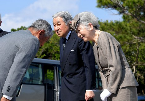 Emperor Akihito and Empress Michiko talk with a member of the bereaved family of a person who died in the Battle of Okinawa in Itoman, Okinawa Prefecture, on March 27, 2018. (Mainichi)