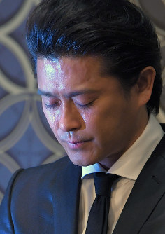 Tatsuya Yamaguchi, a member of the all male pop group Tokio, sheds tears as he meets reporters in Tokyo's Chiyoda Ward on April 26, 2018. (Mainichi)