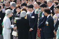 Star figure skater Yuzuru Hanyu (center), along with other Pyeongchang Winter Olympic medalists talk with Emperor Akihito and Empress Michiko during a spring garden party at the Akasaka Imperial Gardens in Tokyo on April 25, 2018. (Mainichi)