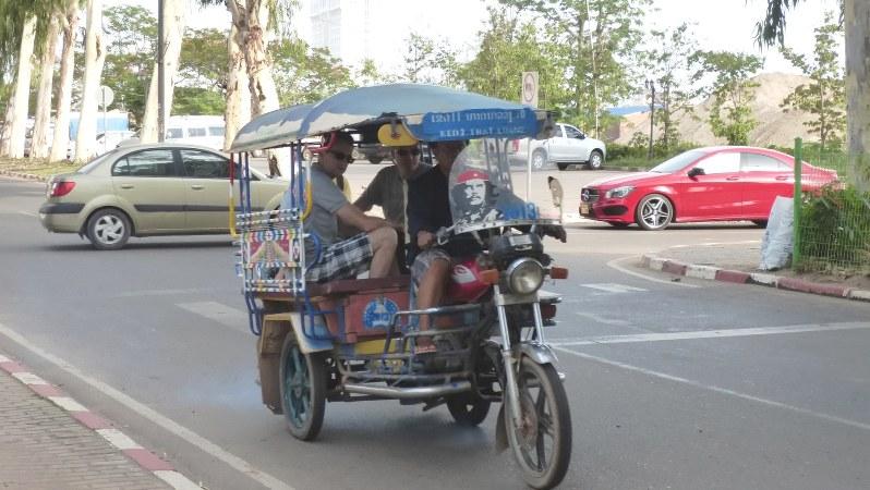 ゲバラの肖像を掲げた三輪タクシー。首都ビエンチャンでは車の普及が急速に進む(写真は筆者撮影)