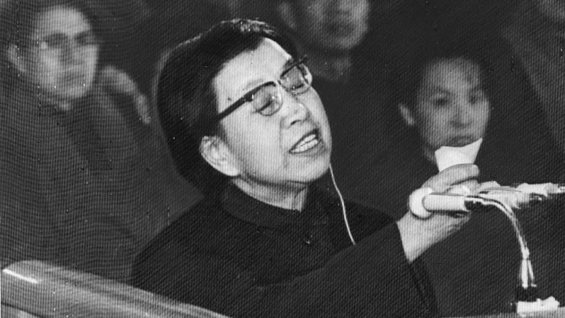 死刑を求刑された裁判の最終弁論で判事や検事を罵る毛沢東夫人・江青氏=1980年12月29日(UPI)