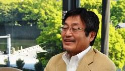 「銀行員はどう生きるか」を出版した金融ジャーナリストの浪川攻さん=2018年4月19日撮影